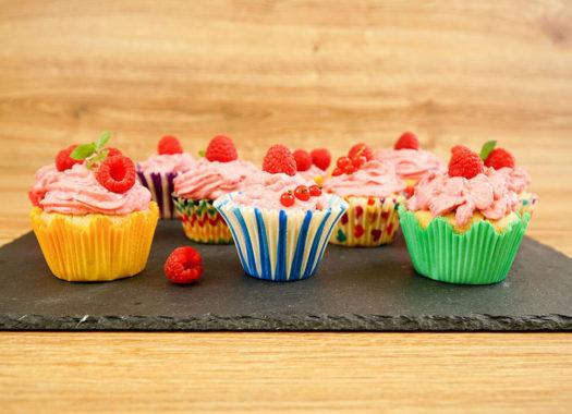 Malinové cupcakes z podmáslí ozdobené