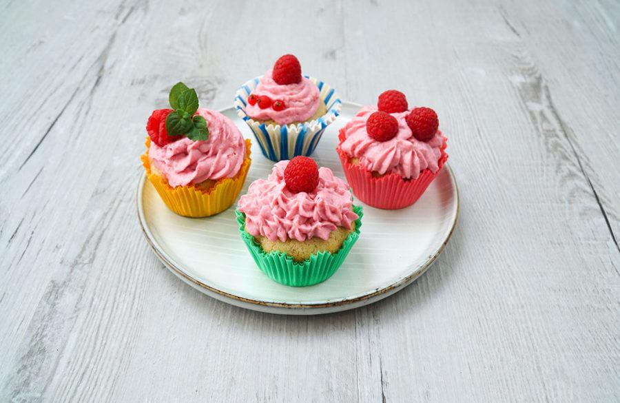 Malinové cupcakes z podmáslí s tvarohovým krémem