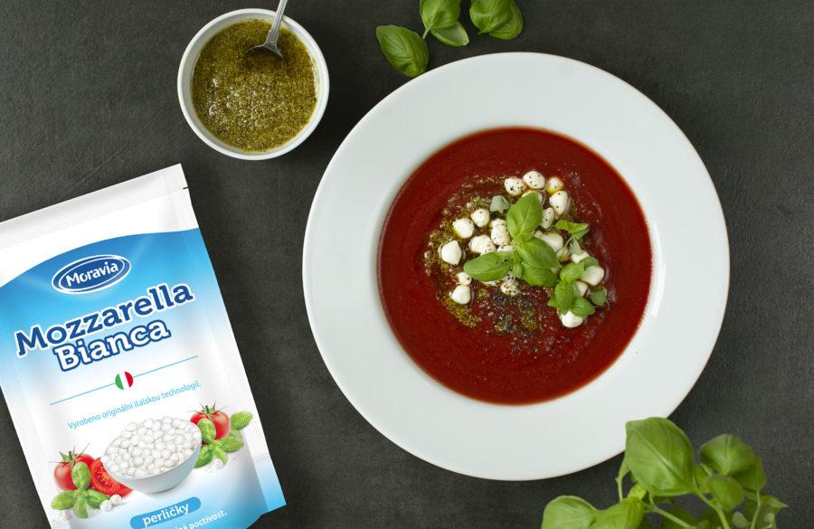 Rajčatová polévka s mozzarella perličkami